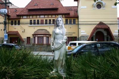 Estátua Carminha